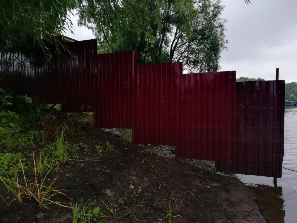 Забор на берегу