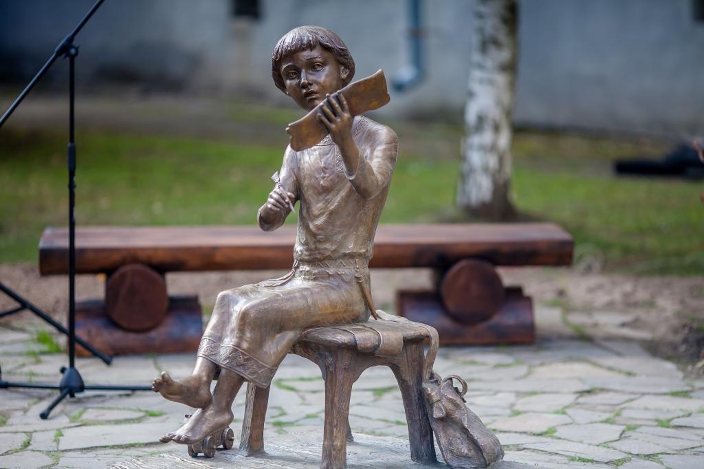 Скульптура на месте находки первой берестяной грамоты