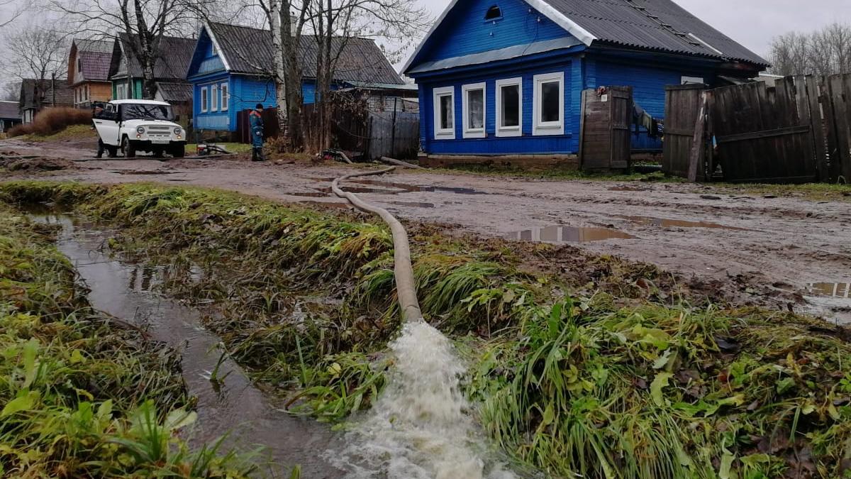 Спасатели откачивают воду