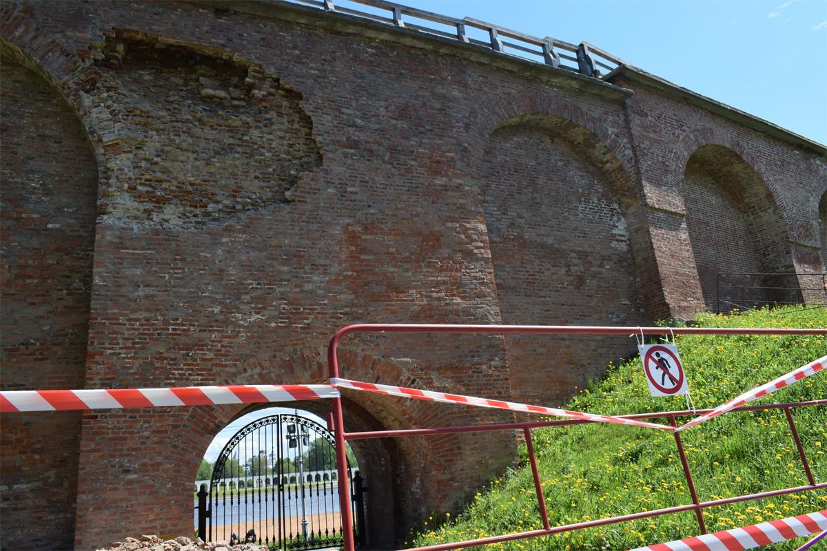 Обрушение стены новгородского кремля