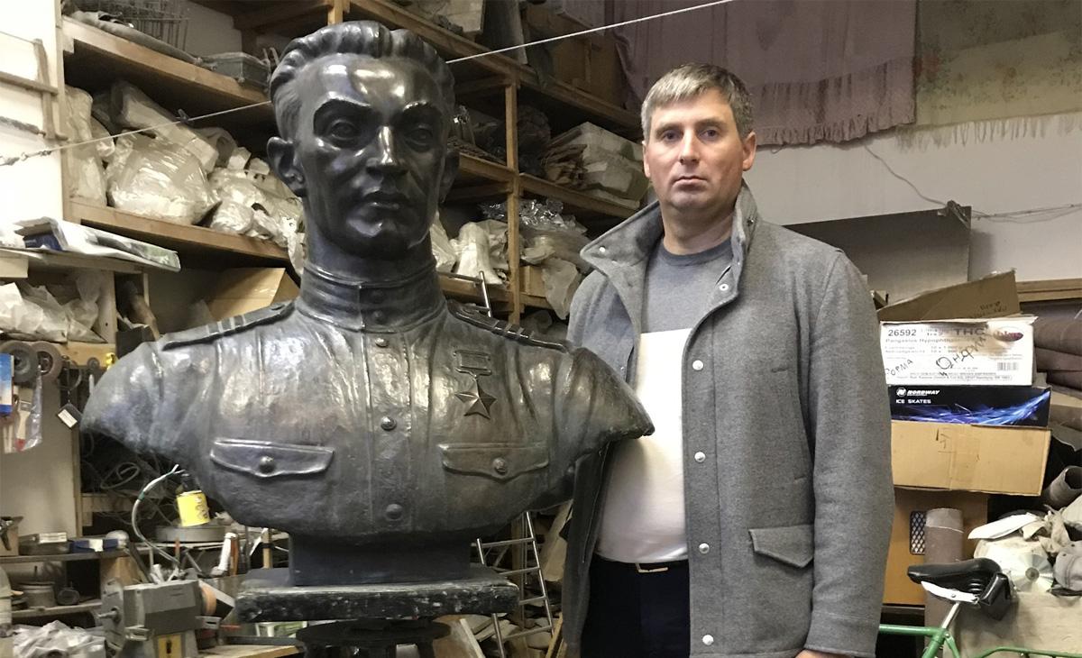 Андрей Павлов и бюст Якова Павлова