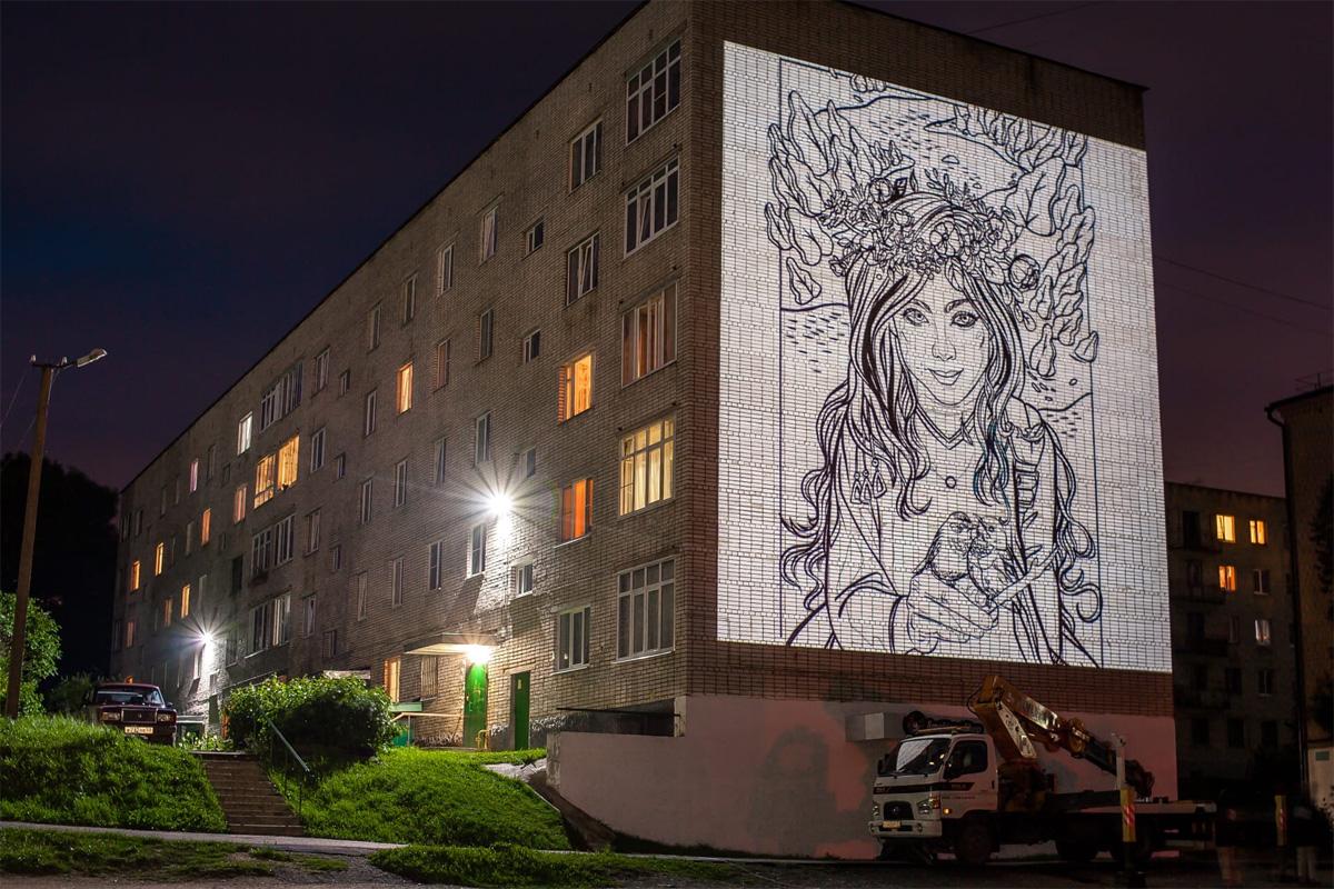 Сказочная фея на фасаде дома