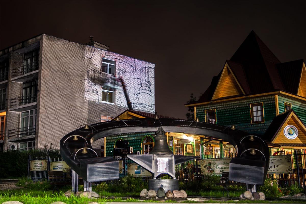 Кузнец Валда на фасаде гостиницы