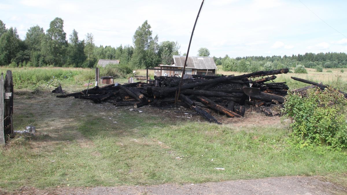 Сгоревший дом в Холмском районе