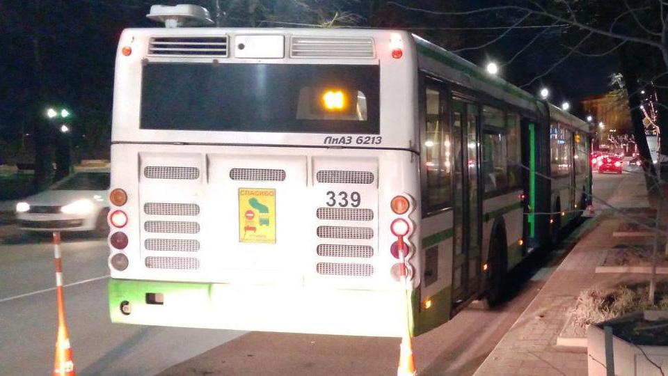 Автобус с упавшим пассажиром