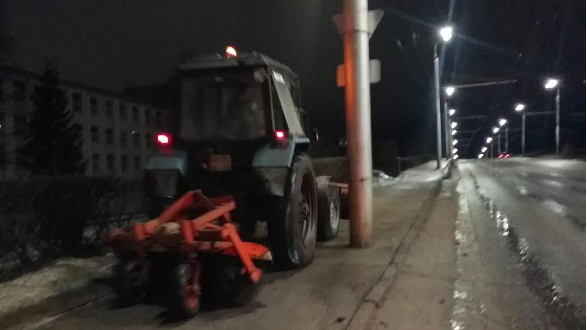 Уборка тротуара на путепроводе