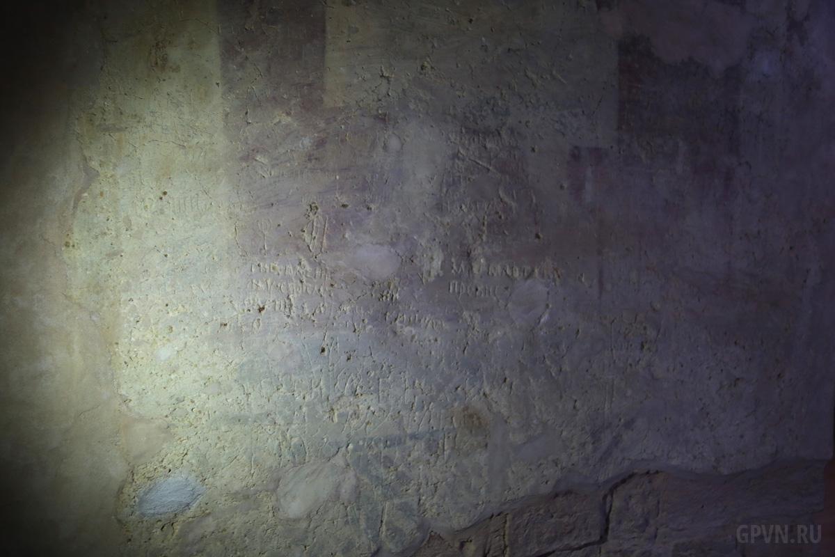 Граффити на стене храма
