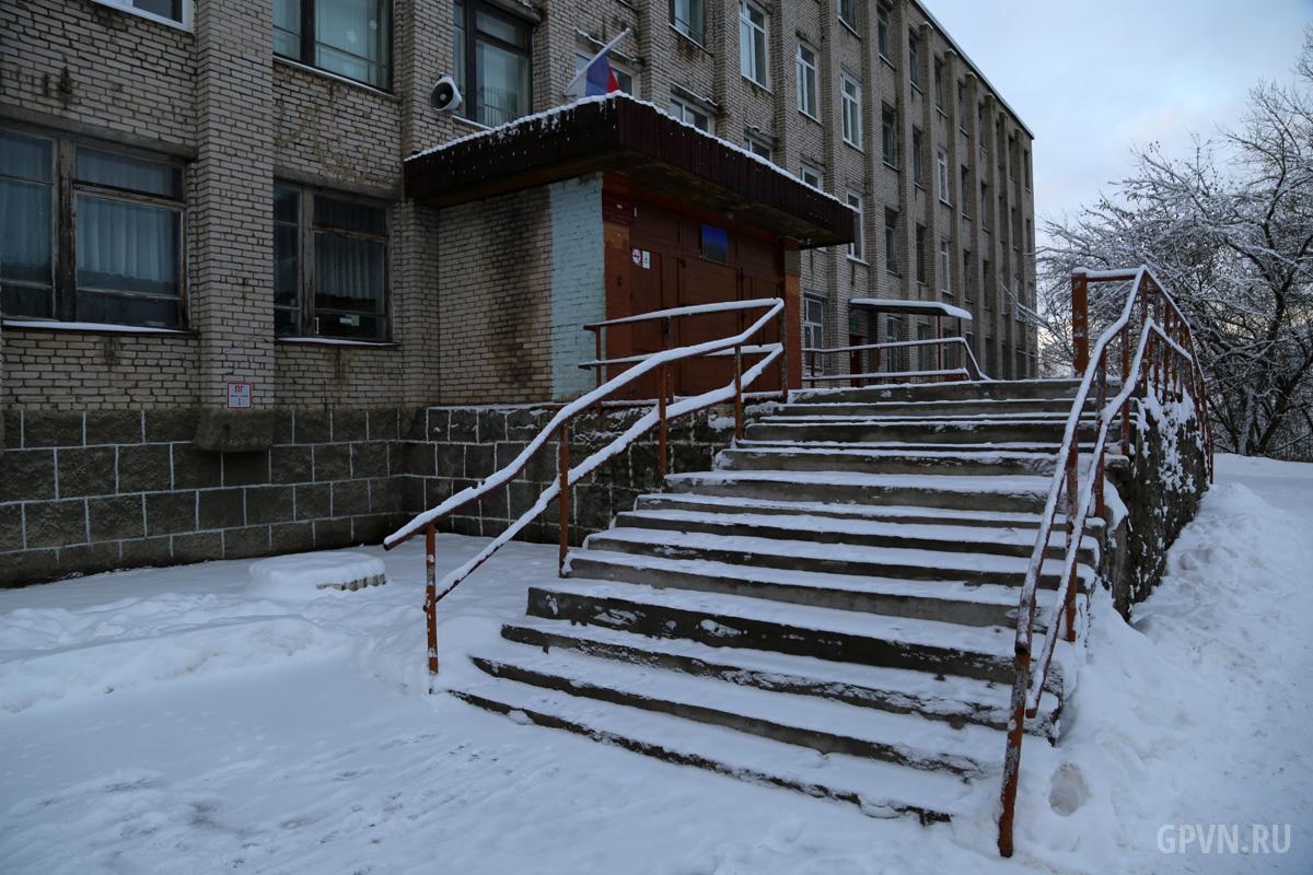 Крыльцо школы в Кречевицах