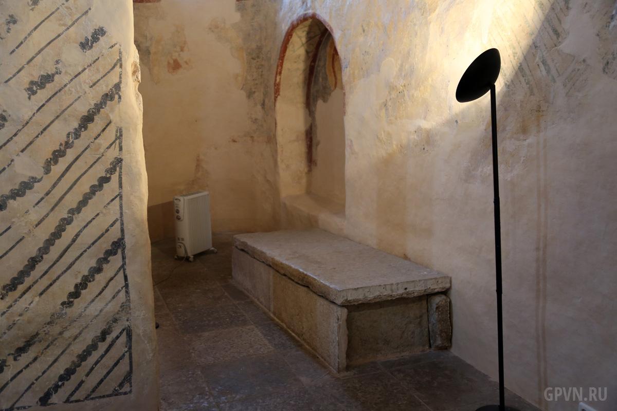 Саркофаг в церкви Спаса на Нередице