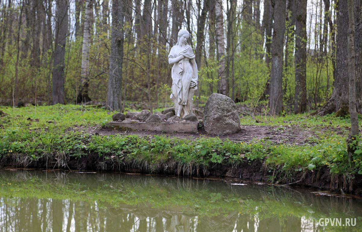 Статуя у озера