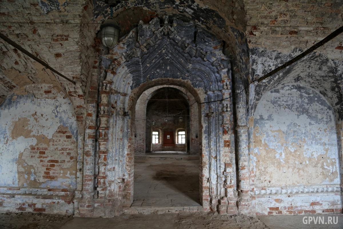 Вход в основной объём Воскресенского собора