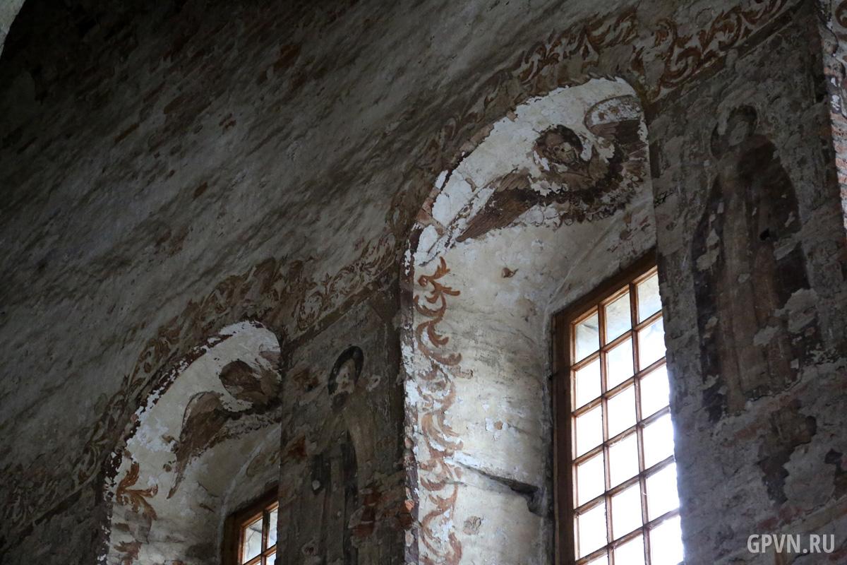 Изображения на стенах Воскресенского собора