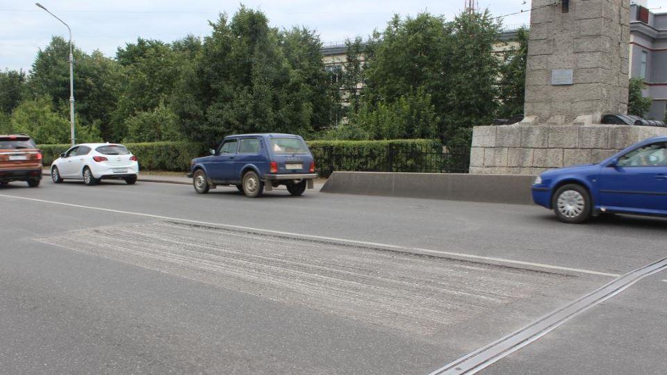 Снятый асфальт на мосту Невского