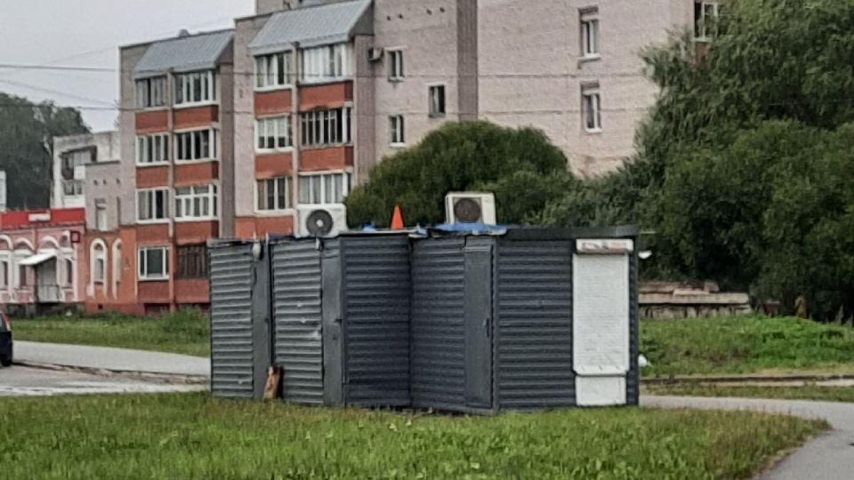 Пугающие ларьки на проспекте Корсунова