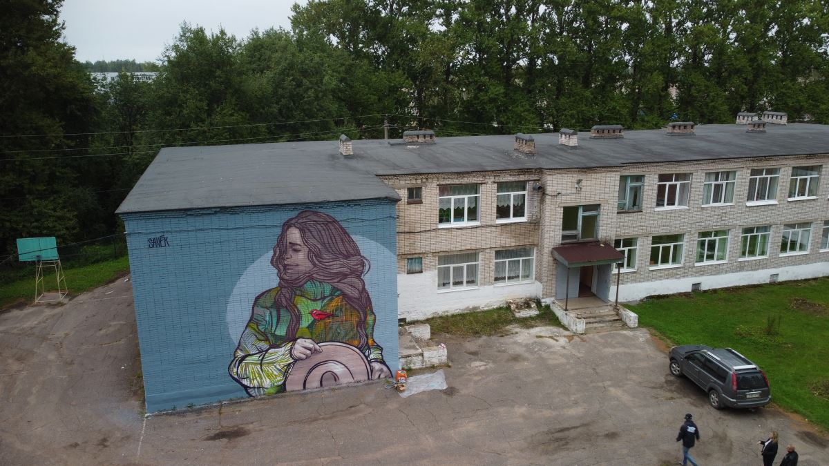 Мурал на школе в Окуловке