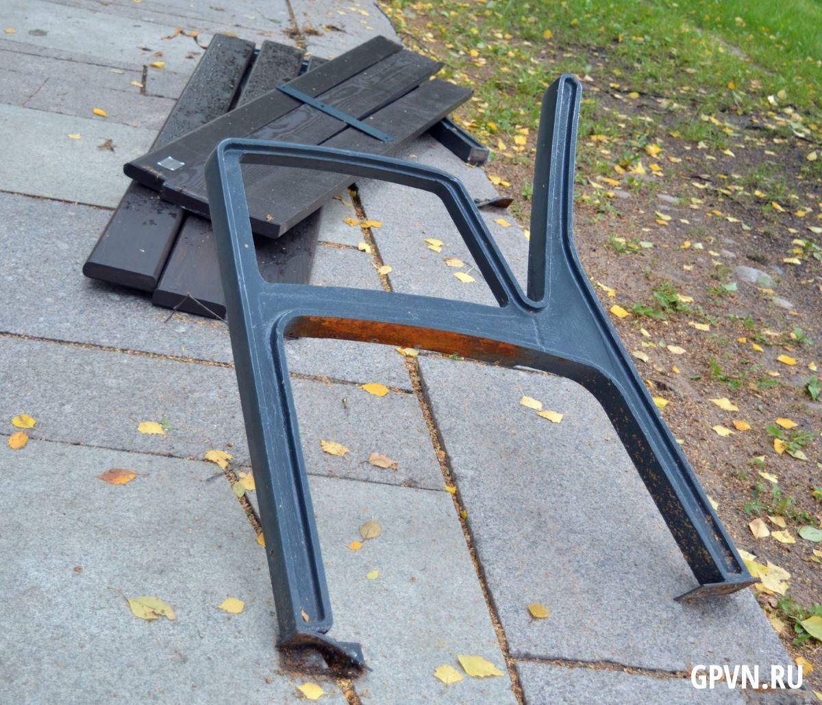 Разломанная уличная мебель