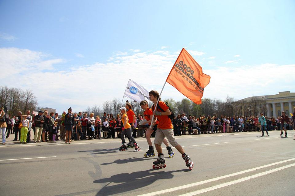 Колонна едет по площади Победы-Софийской